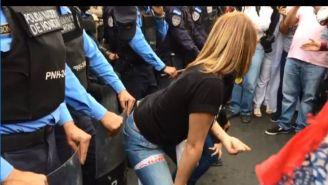 Manifestantes bailan a los policías como protesta