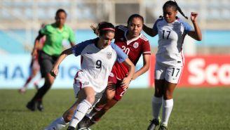 Savannah Demelo pelea un balón contra Dorian Hernández