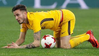 Ñíguez se apoya en el césped durante el juego contra Sevilla