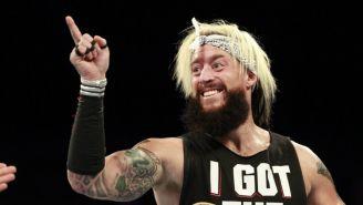 Enzo Amore sonríe señalando a los fans de WWE