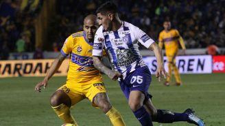 Víctor Guzmán pelea por el balón en el juego frente a Tigres
