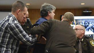 Margraves es detenido por los policías al intentar agredir al exmédico
