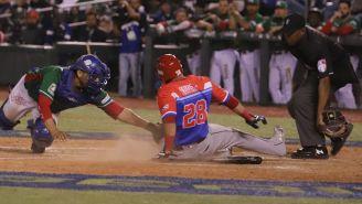 El catcher de México,  Gabriel Gutiérrez, intenta ponchar a Dayron Varona en el juego de la Serie del Caribe