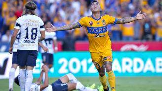 Edu Vargas celebra un gol frente a Pumas