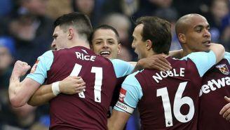 Chicharito festeja con sus compañeros un gol con el West Ham