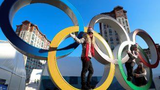 Atletas posan en los aros olímpicos de PyeongChang