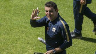 David Patiño saluda en un entrenamiento de Pumas