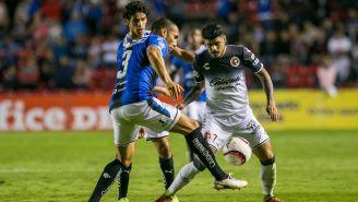 Jaime Gómez y Gustavo Bou luchan por el balón