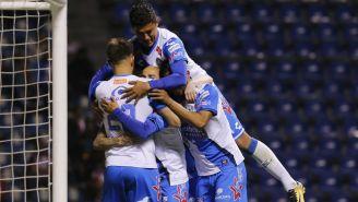 Jugadores de Puebla celebran un gol