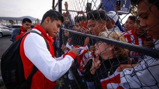 Orbelín Pineda firma autógrafos previo al juego vs Gallos