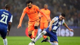 Herrera pelea un balón contra Salah