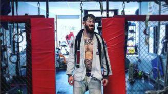 Devin Powell entra al octágono de la UFC