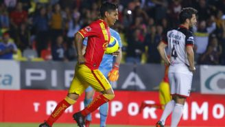 Raúl Ruidíaz festeja su gol contra Lobos BUAP