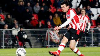 Hirving Lozano dispara en el encuentro del PSV