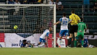Acuña manda el balón al fondo de la meta de Cruz Azul