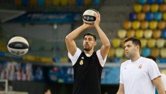 Gustavo Ayón concentrado al momento de lanzar una pelota