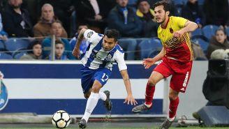 Corona controla el balón durante el juego entre Porto y Rio Ave