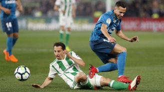 Andrés Guardado disputa un balón con Lucas Vázquez
