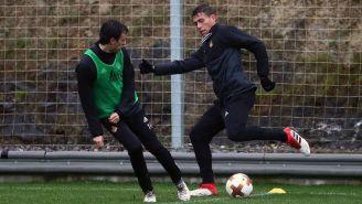 Moreno disputa un balón en la sesión de la Real