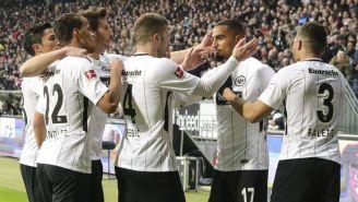 Jugadores de Frankfurt festejan luego de anotar frente a Leipzig
