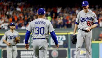Manager de los Dodgers, Dave Roberts visita a Alex Wood