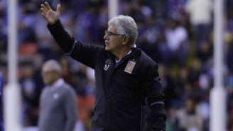 Ricardo Ferretti lanza una orden a sus jugadores en un juego de Tigres