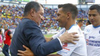 Enrique Meza y Christian Giménez se saludan previo a un juego en 2016