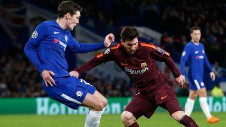 Messi intenta evadir la marca en Stamford Bridge