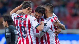 Alanís celebra un gol con Chivas