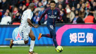 Neymar conduce balón en juego del PSG