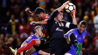 Nahuel Guzmán intenta cortar una jugada contra Herediano