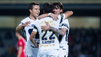 Formica, Torres y Acosta celebran un gol con Pumas
