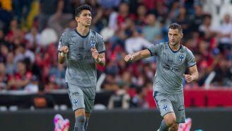 Jugadores de Rayados celebran el gol del triunfo