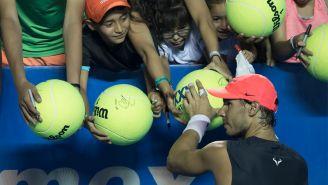 Rafael Nadal firma autógrafos después de una práctica