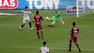 Lajud evita un gol de Henry Martín