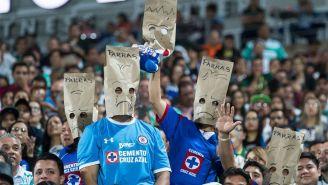 Aficionados de Cruz Azul apenados con el paso de su equipo