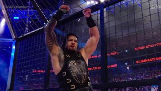 Roman Reigns levanta los brazos en la Elimination Chamber