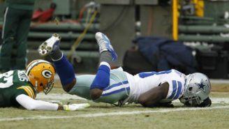 Bryant cae al suelo tras recibir el ovoide vs Packers