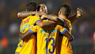 Jugadores de Tigres celebran un gol de Enner