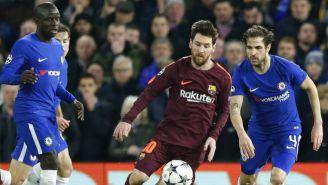 Messi busca el balón entre dos defensas del Chelsea en Champions League