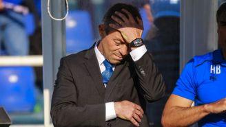 Pedro Caixinha se toca la cabeza en un juego de Cruz Azul