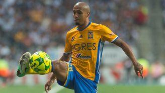 Luis Rodríguez controla el balón en un juego con Tigres