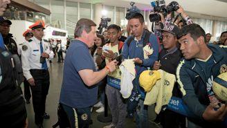 Miguel Herrera atiende a los medios y fans en el AICM