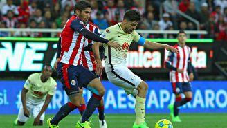 Oribe Peralta y Jair Pereira disputan el balón en el Clásico del C2017