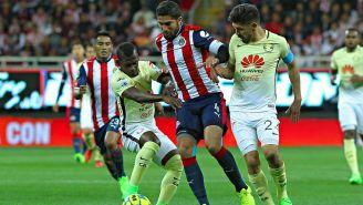 Quintero y Peralta intentan detener la jugada de Pereira