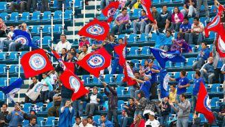 Afición de Cruz Azul apoya a su equipo durante un juego