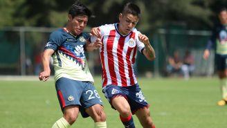 Jugadores de América y Chivas disputan el balón