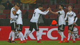 Jugadores de Alemania festejan un gol en un duelo vs Francia