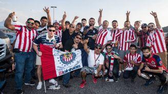 Aficionados de Chivas, a las afueras de su estadio