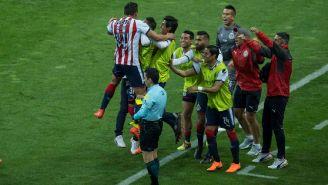 Godínez celebra el gol con sus compañeros